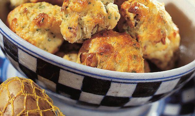 Scones aux pommes de terre: Mélanger dans un saladier la farine, la poudre à lever et le sel. Ajouter le fromage, les pommes de terre, le lard, l'ail, le ...
