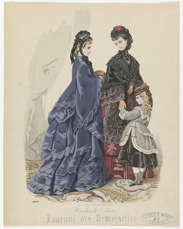 Paul Lacourière | Journal des Demoiselles, Modes de Paris, 1873, No. 3869, Paul Lacourière, 1873 | Twee vrouwen en een kind, gekleed in wandelkostuums. De vrouw links draagt een japon met tournure en een mantel in dezelfde stof. Verder draagt zij een muts en en een mof van bont. De andere vrouw draagt een japon, daaroverheen een mantel afgezet met kant. Het meisje draagt een japon tot over de knie en een mantel afgezet met bont. Prent uit het modetijdschrift Journal des Demoiselles (1833…