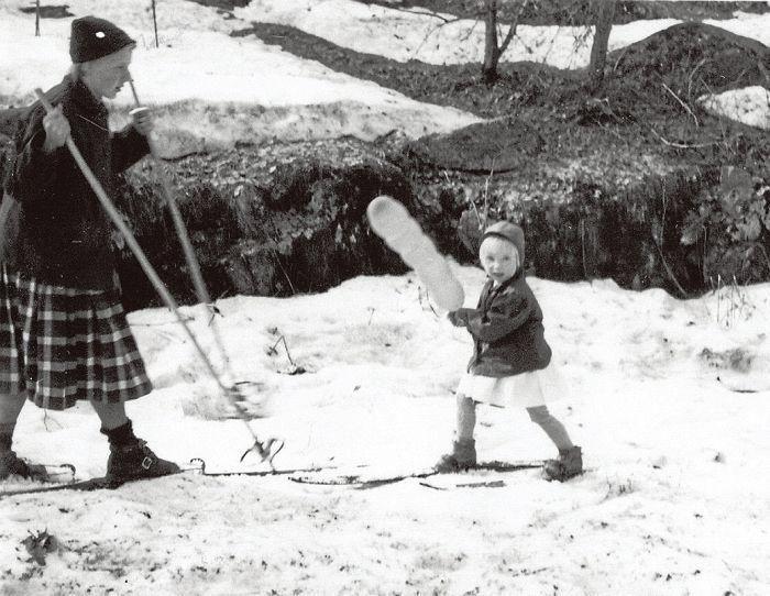 Vappuna 1956 oli vielä lunta Kauniaisissa.  EEVA-LIISA ANTIKAISEN KOTIALBUMI.