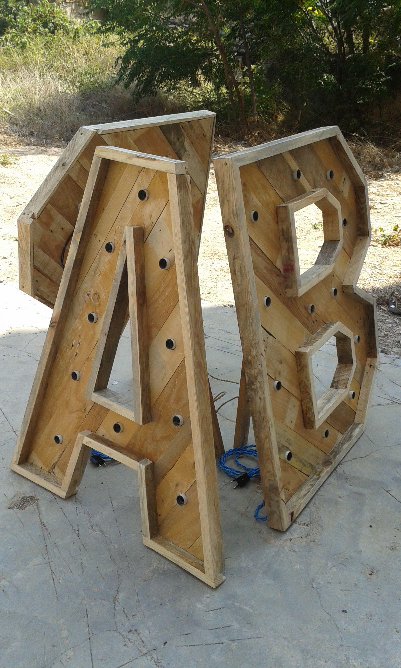 Letras realizadas con maderas de palet iluminadas - Palet de madera decoracion ...