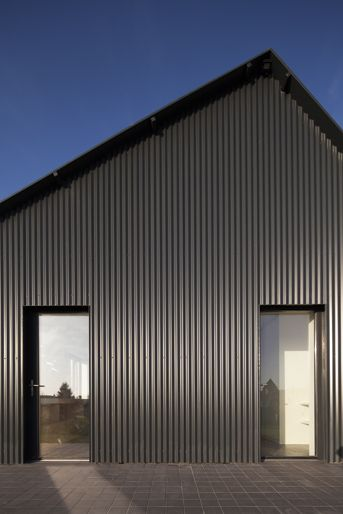 Facade bardage metallique noir cladding facade bardage in 2019 bardage maison bardage - Maison en tole ondulee ...