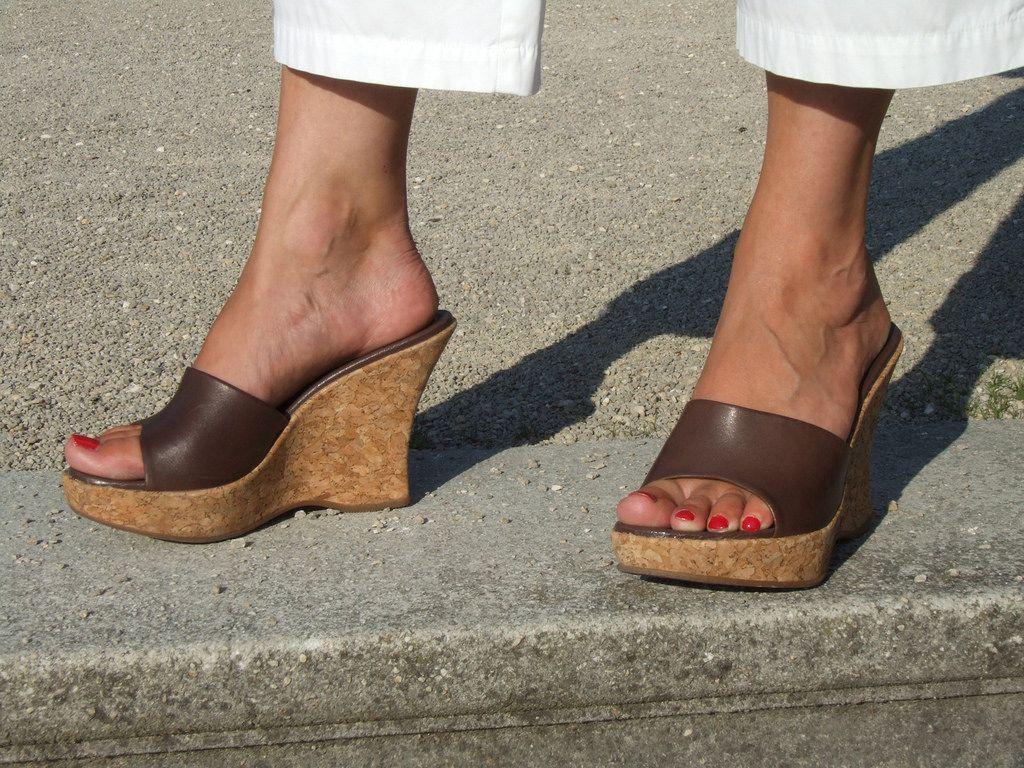 39488831ce pic0048 (KnulliBulli) Tags: high heels mules pumps slides  plateaupantoletten pantoletten nylon feet shoes