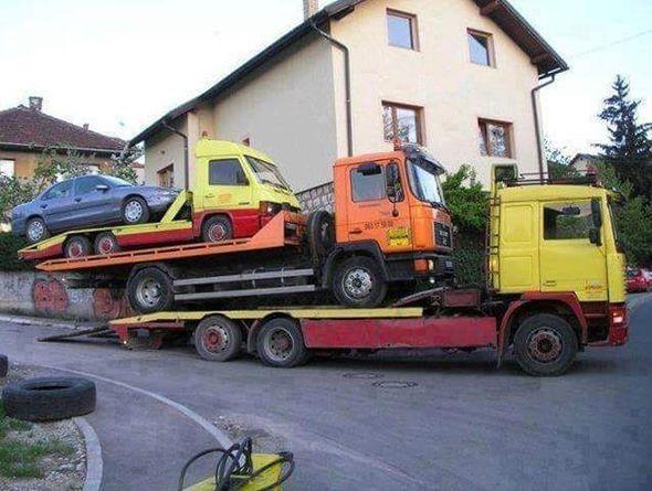 Camión transportando dos camiones y un coche