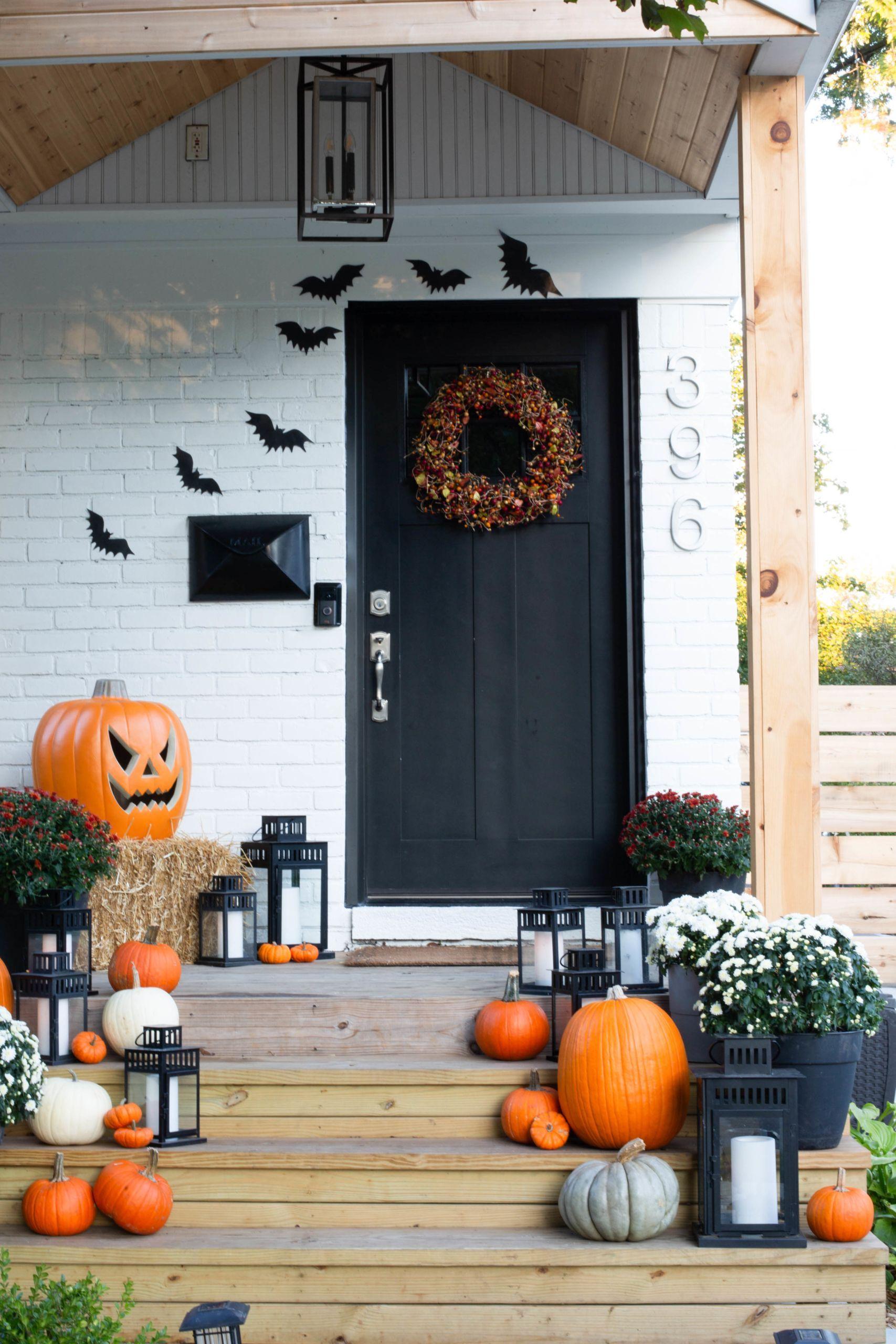 Halloween Decor Ideas 13 Fun Halloween Porch And Door Decor Ideas In 2020 Halloween Front Porch Decor Halloween House Halloween Porch