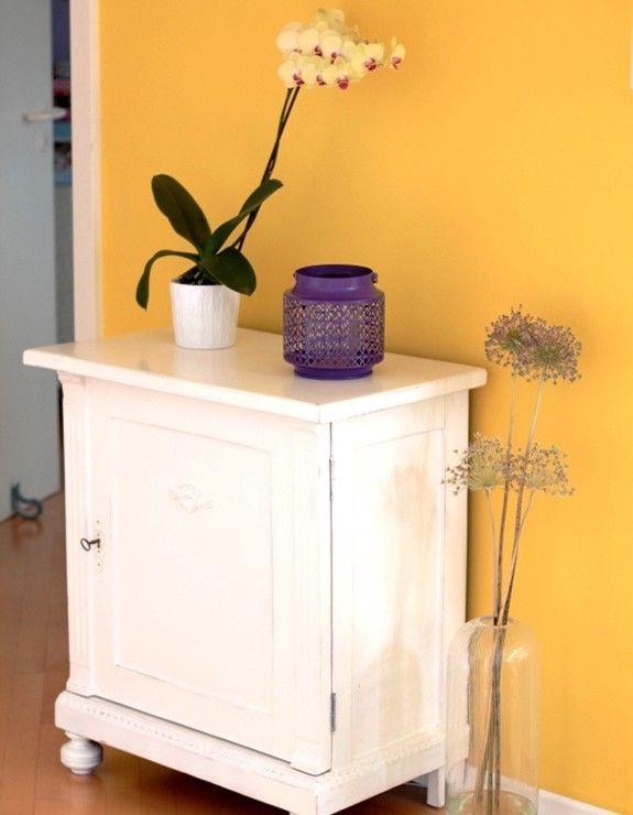 Eine gelbe Wand ziert den Bereich des offenen Wohnzimmers zwischen ...