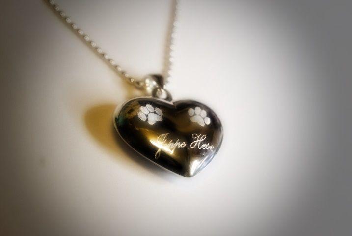 Tassunjäljet sydämessä-riipus Valmistusmateriaali hopea 925. Sydämen halkaisija 2,9 cm. Paksuus 1,0 cm. Sydämeen voit tassunjälkien alle kaiverruttaa lemmikin nimen. Max 10 kirjainta. kaiverrus sis. hintaan. Hinta ei sisällä hopeaketjua. Valitse tarvittaessa sopiva ketju valikosta hopeaketjut.  <!-- Please call pinit.js only once per page -->