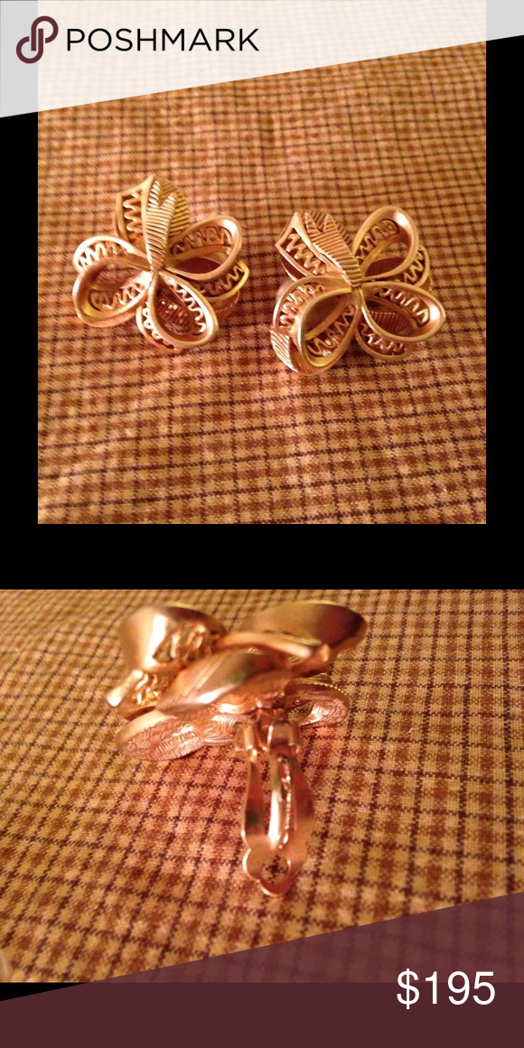 Authentic Oscar de la Renta Large Bow Earrings Signed Authentic Oscar de la Renta Large Bow Earrings, these are 100% authentic gold tone large clip on bow earrings, they come with original padded slip cover over clip to give you all day comfort when worn. Mint Condition and Stunning!! Oscar de la Renta Jewelry Earrings