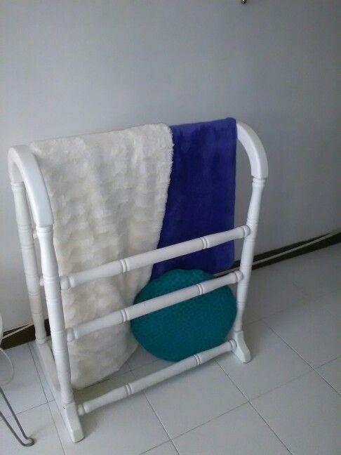 Toallero antiguo con las mantas en un salón de tv