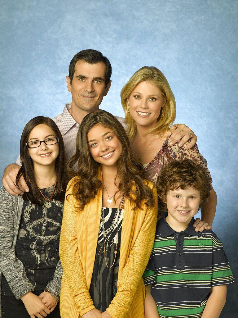 Modern Family Photo Cast Of Modern Family Cast Modern Family Modern Family Family Tv