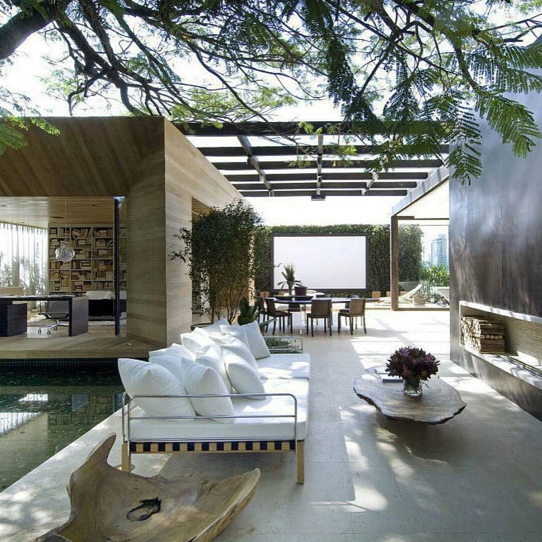 Outdoor living luxury outdoor lounging areas for Luxury outdoor living