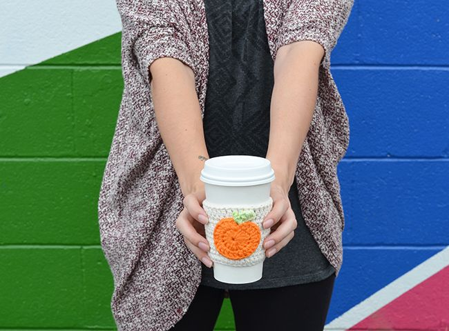 Pumpkin spice season is here and we are sharing a free crochet coffee cup cozy with an adorable pumpkin. Perfect for fall!