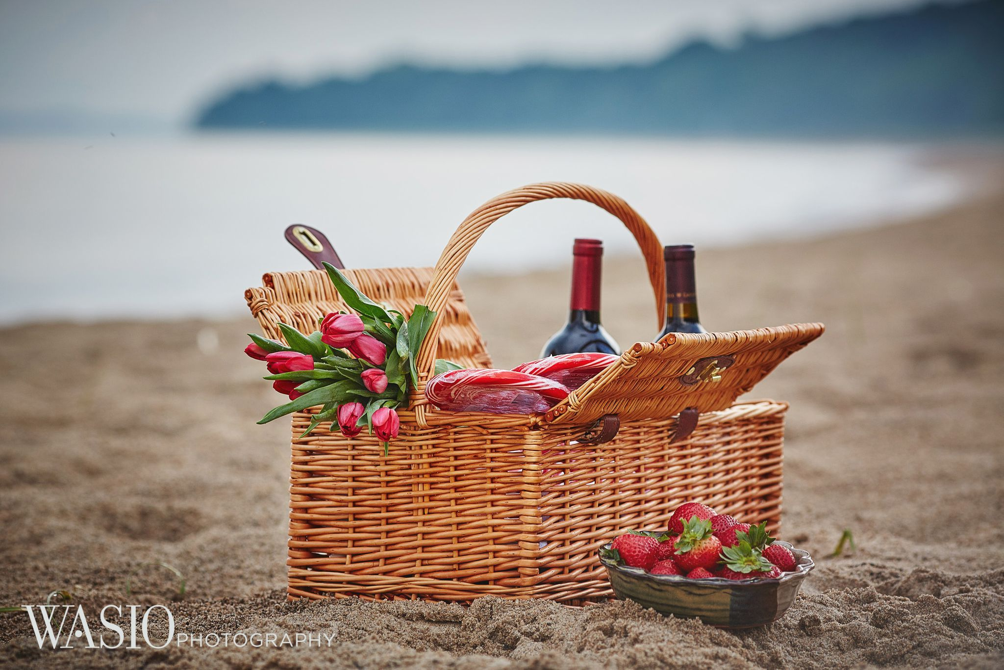 Engagement session photography ideas, beach, picnic basket
