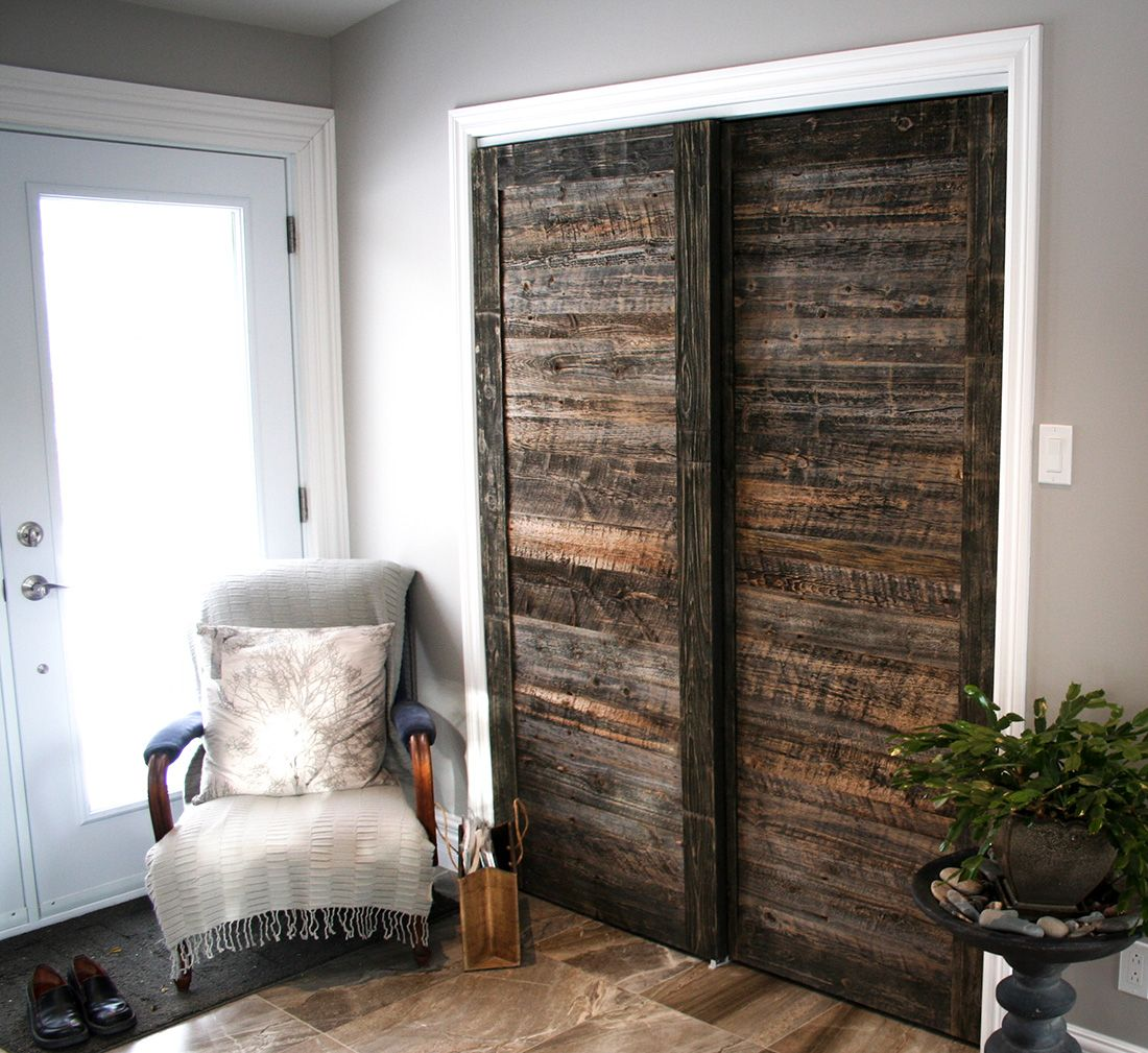 Sliding barn doors porte de garde robe en bois de grange for Decoration porte de grange