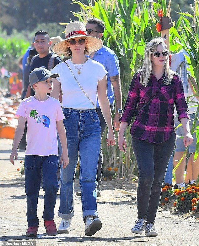 January Jones keeps cool with sunhat and ice cream with ... January Jones Son Images
