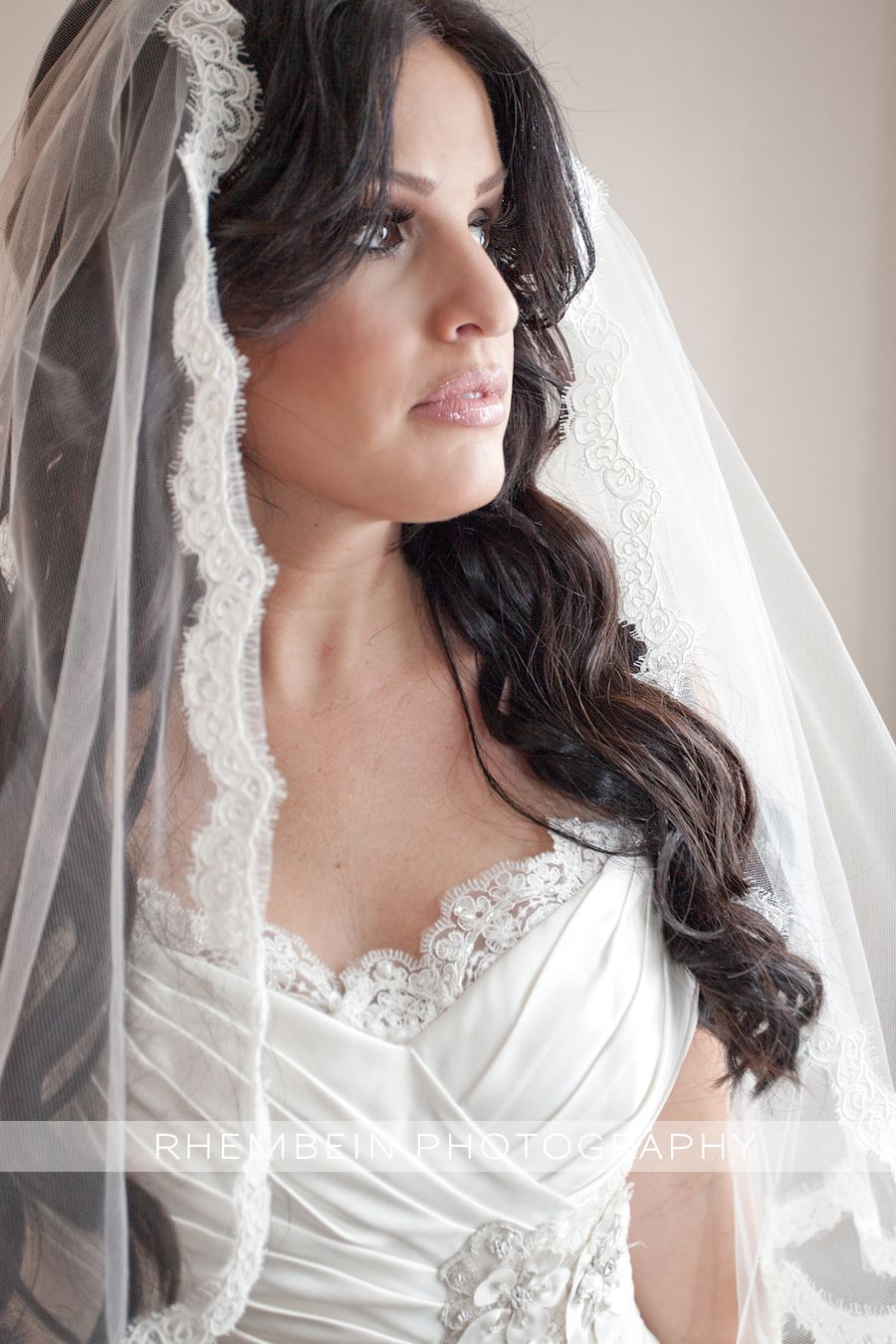 love her very spanish feeling, traditional veil! | wedding hair
