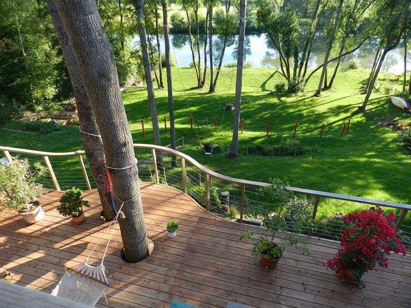 Terrasse bois suspendue sur pilotis et balcons bois à Angers