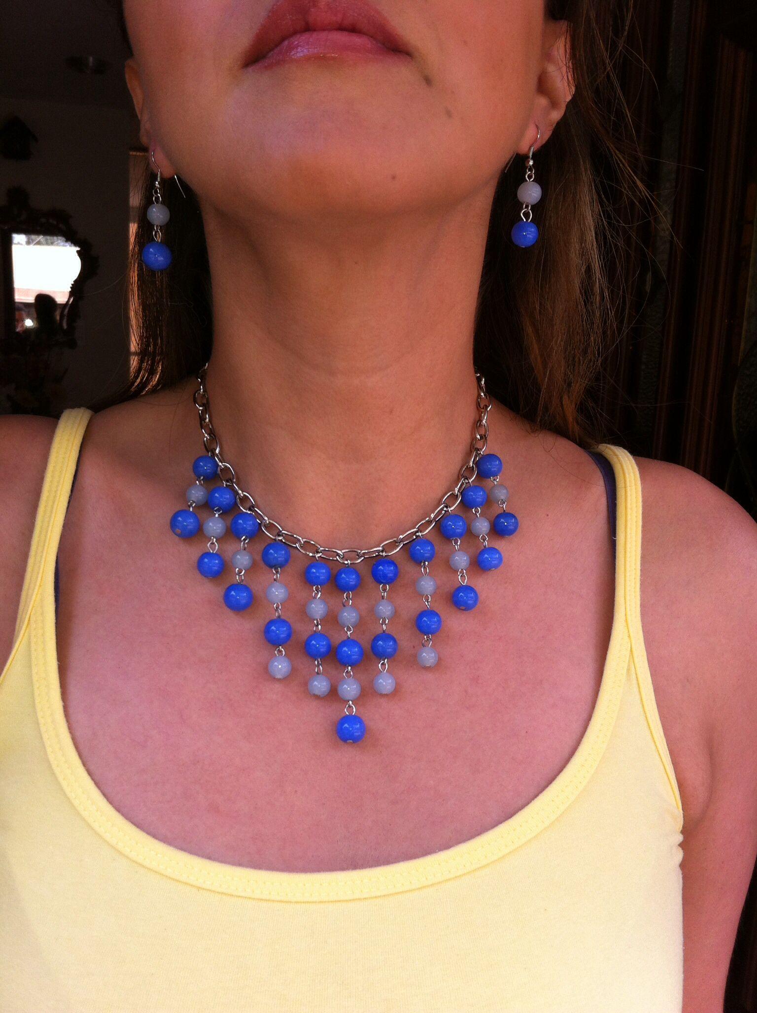 Collar azul con cadena y piedras