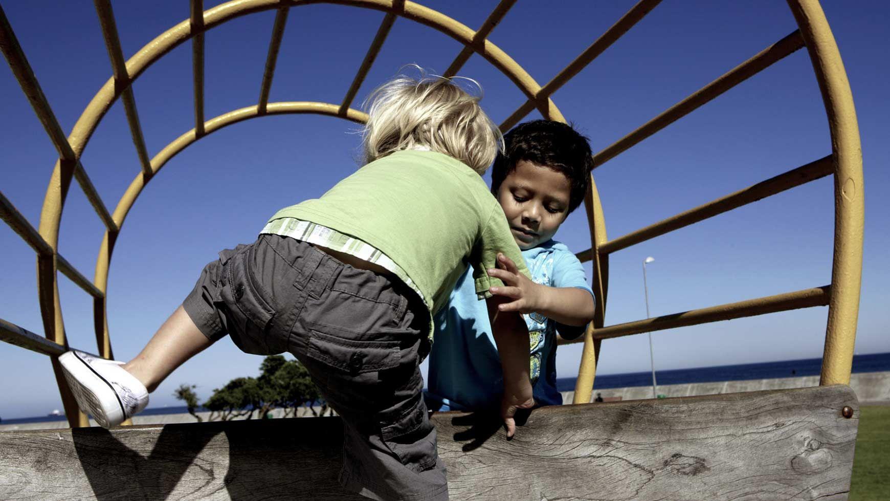 Resultado de imagen de niños ayudandose