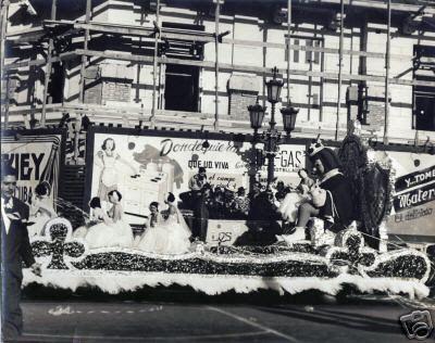 los carnavales habaneros de 1950, una carroza pasa por delante de un edificio apuntalado con vigas de madera.