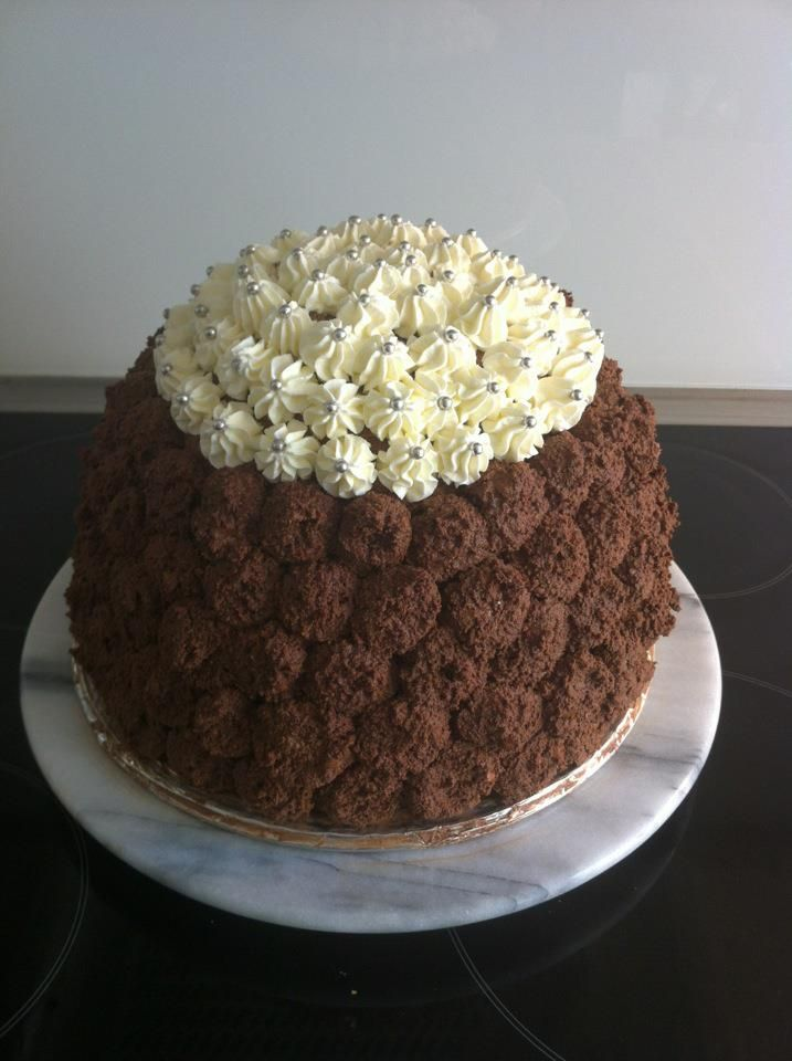Chocolate cake filled w raspberries, vanilla cream and chocolat ganache, for 20 persons.