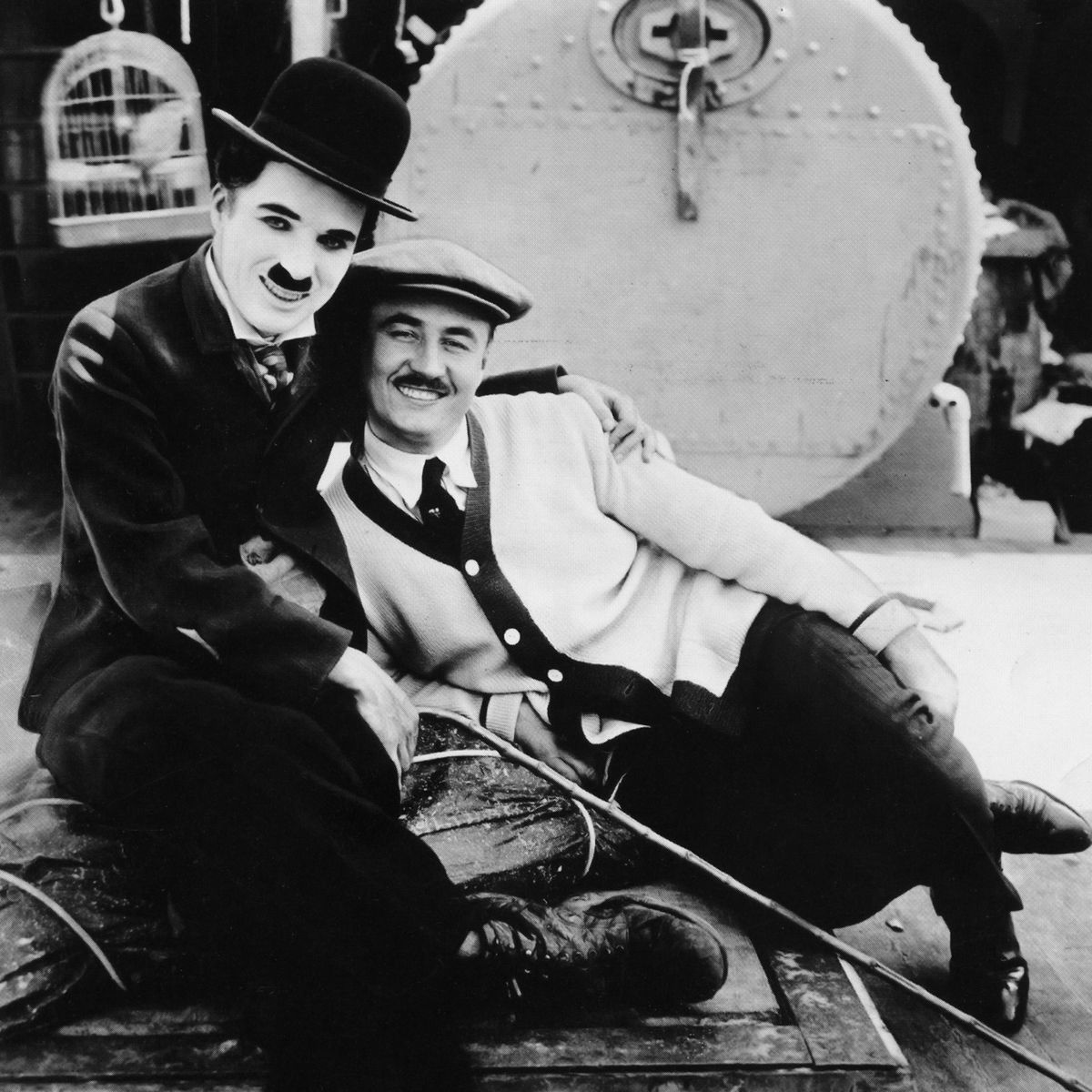 charlie chaplin and his brother sydney chaplin on the set of the thefilmstage ldquo charlie chaplin and his brother sydney chaplin edna purviance on the set of the immigrant watch a video essay on social commentary of