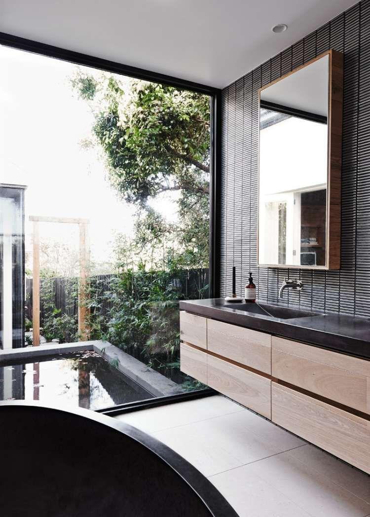 carrelage mural gris, meuble de rangement en bois massif et baie - Salle De Bain Moderne Grise