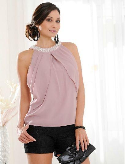 Интересная шифоновая блузка цвета «розовое дерево» выполнена в двухслойном дизайне, который носит декоративный характер. Также в качестве декора выступают жемчужины, которыми украшен вырез.