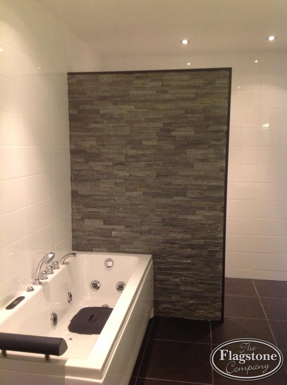 Badkamer. scheidingswand grijs kwartsiet natuursteenstrips ...