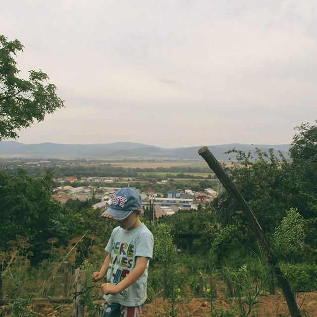 Sme boli na záhradke. 🌱🌿☀ #detstvo #tamjepekne #záhrada #prázdniny #herecomestheking #summer #insta_svk #child #kid #boy #slovakia #nature #garden #green #slovakblogger #childhood #dnescestujem #photography