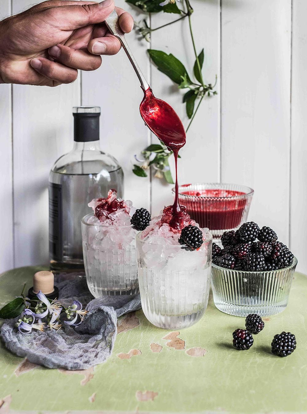 Photo of Bramble – Min sommer gin cocktail laget av bjørnebær, gin og sitron