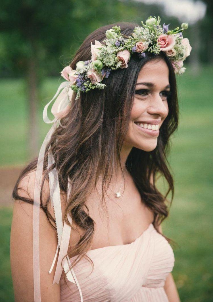 Brautfrisur mit Blumenkranz  romantische Frisuren mit