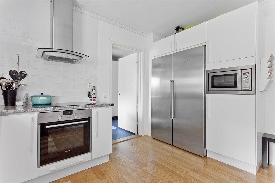 Kök med vitlackerade köksluckor och ovanför arbets- och diskbänk ... : underskåp kök : Kök
