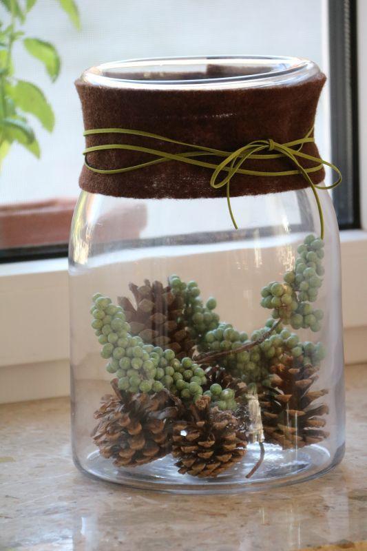 Braune und grüne Herbstdeko in einer Ikea Vase - Filzband Butinette, Zapfen: Natur, grüne Beeren: Depot