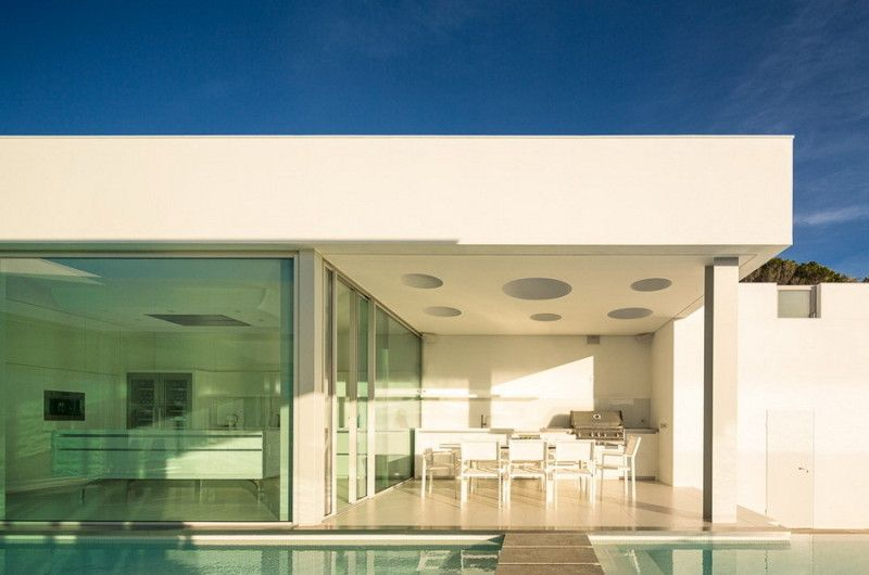 Located in Luz, Portugal, the stunning Villa Escarpa was completed in 2012 by Mario Martins Atelier. Local regulations asked for the new building to be ere