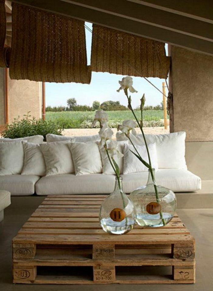 gros coussin gifi pour canape en palette en bois fleurs sur la table en bois 700 958. Black Bedroom Furniture Sets. Home Design Ideas