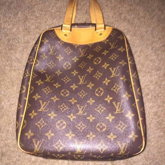 Authentic Louis Vuitton excursion bag *RARE* Inn great condition! Photo 3 shows the minor signs of wear which include a few scuffs on the hardware and minor marks on the inner pocket. This bag is super chic and the leather looks amazing! Make me an offer! Perhaps we can negotiate! Louis Vuitton Bags