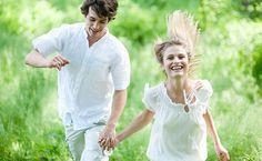 Conheça dicas para manter suas roupas com um branco vibrante e confira um passo a passo de como lavar estas peças.
