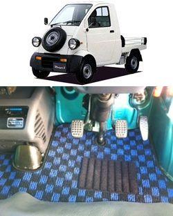 フロアマット ダイハツ ミゼット2 装着画像です お客様からご提供いただきました装着画像です かわいい車ですね 商品 チェックシリーズ ブラック ブルー フロアマットが 車内の形状にフィットしています かわいい車 フロアマット
