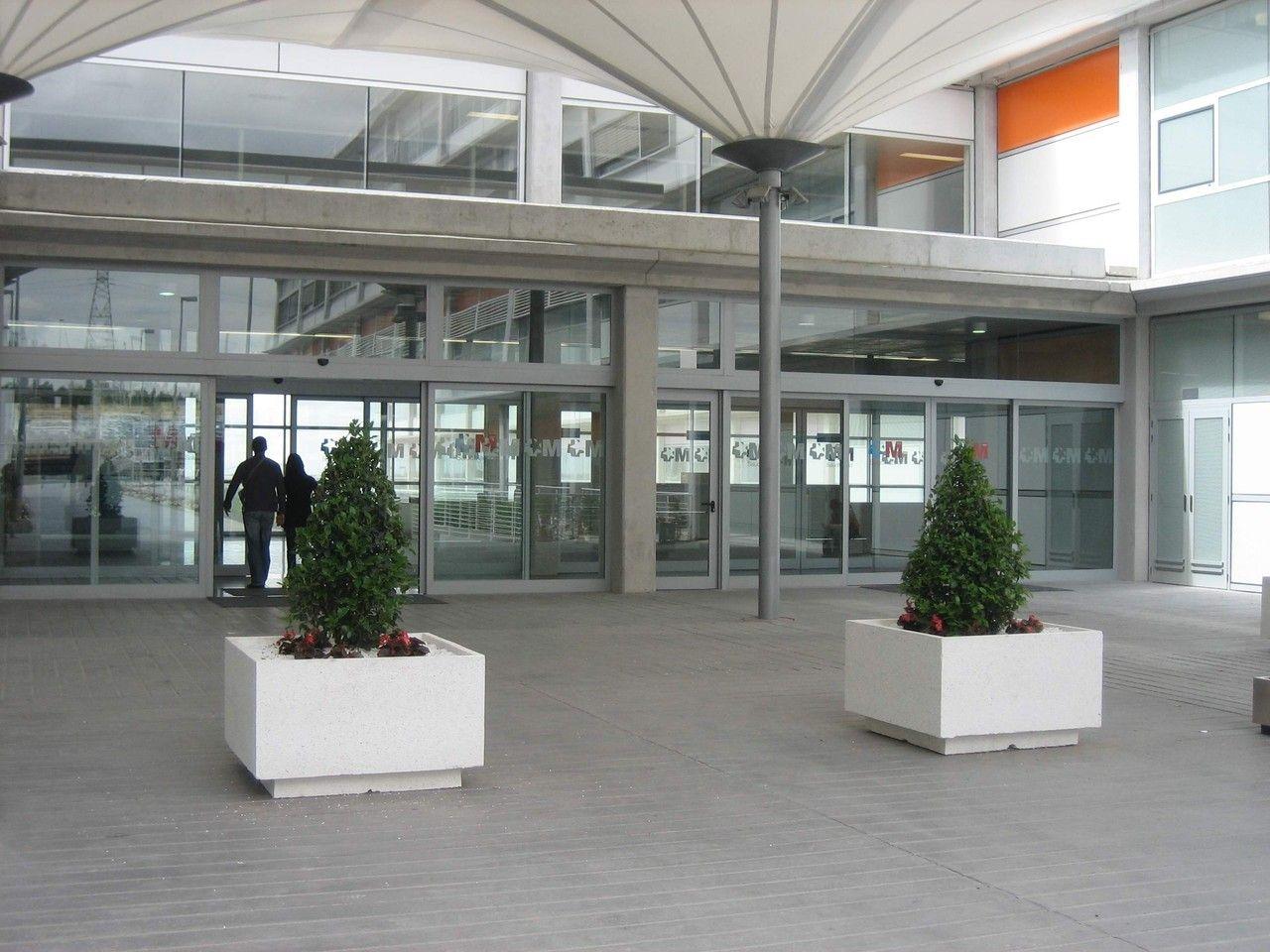 Entrada a un hospital #jardineras #mobiliariourbano #maceteros #jardinerasprefabricadas #hormigonprefabricado