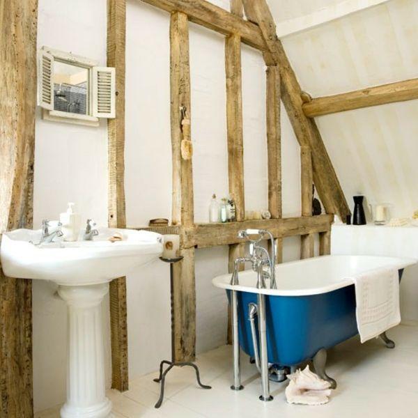 badezimmer-im-landhausstil-blaue-freistehende-badewanne und hölzerne
