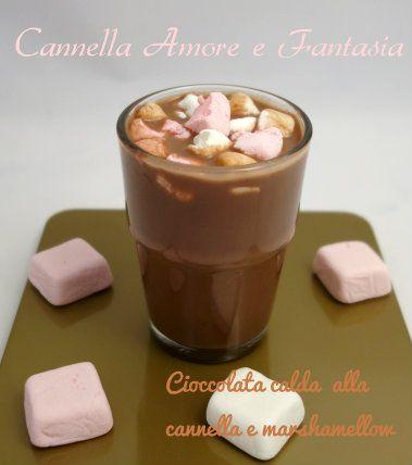 La Cioccolata calda alla cannella con marshmallow è una coccola deliziosa, speziata e profumata che non si riesce a resitere nelle fredde giornate invernali