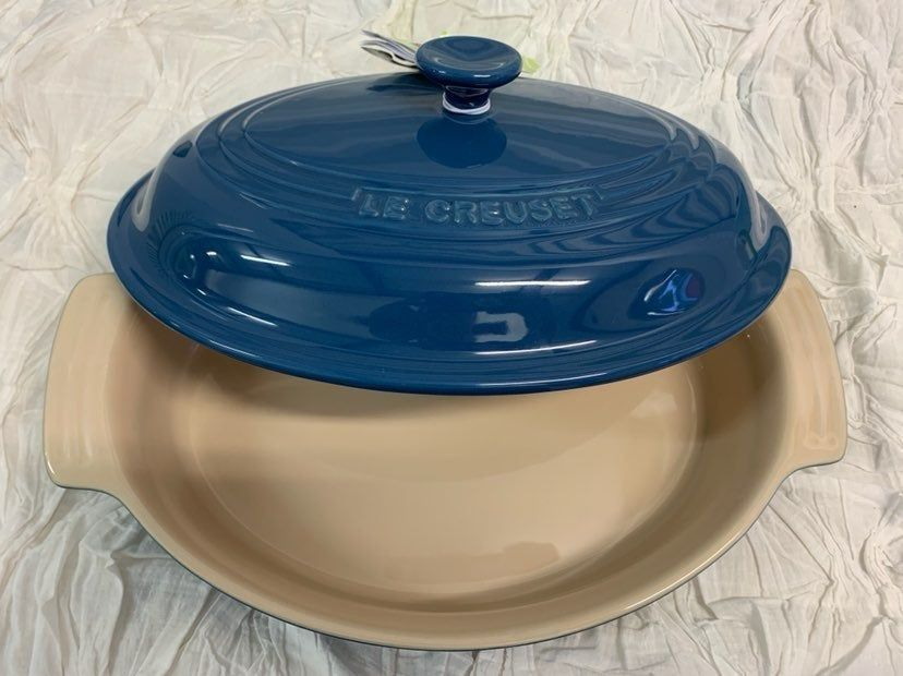 Brand New Le Creuset Stoneware Oval 1 8qt Casserole Dish With Lid Hard To Find Color Measures 32 Le Creuset Stoneware Casserole Dishes Le Creuset Cookware Le creuset oval baking dish