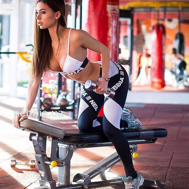 фитнесдевочка дает лизать