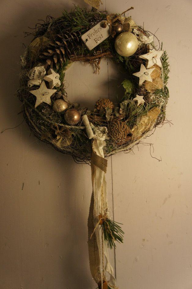 Ein zauberhaft schöner Wintertürkranz, der zum träumen verführt.... Auf einem mit Moos und Reben umbundenen Strohkranz finden sich Glaskugeln, Zapfen, Holzsterne und allerlei Lieblichkeiten, die...