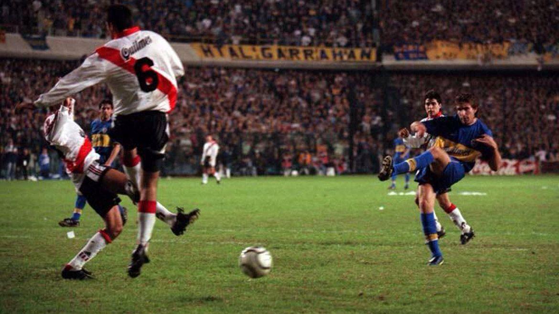 El instante preciso en el que Martín Palermo convierte el 3 a 0 en la Bombonera y liquida la serie de cuartos de final de la Libertadores 2000. El delantero volvió a jugar en ese encuentro luego de estar seis meses inactivo por la rotura de los ligamentos cruzados de su rodilla derecha. Su gol quedó marcado en la historia de los Superclásicos.