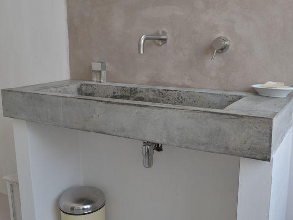 Grijze Wasbak Badkamer : Wasbak van beton met achterwand van beton cire op de muren een