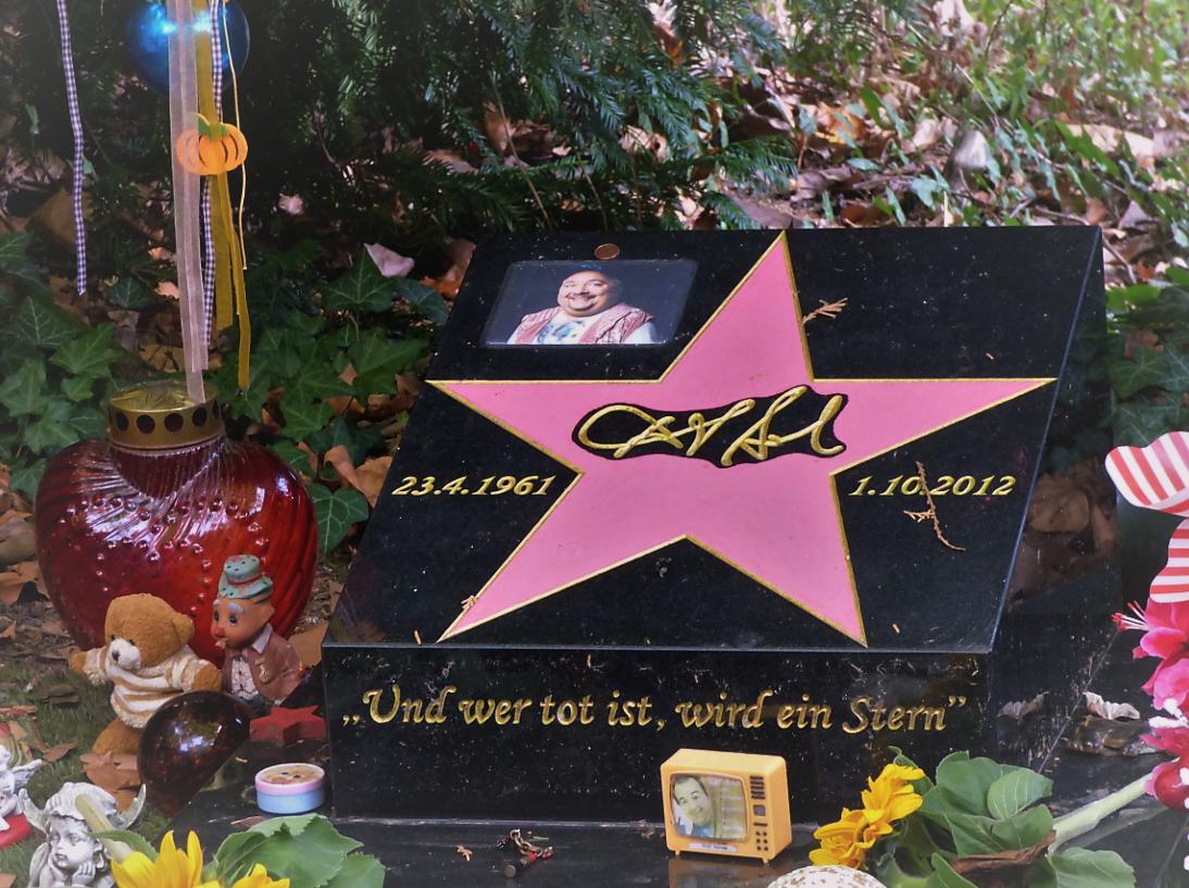 Und Wer Tot Ist Wird Ein Stern Grab Von Dirk Bach Melaten Foto S Hopp Gestalten Sterne Fotos