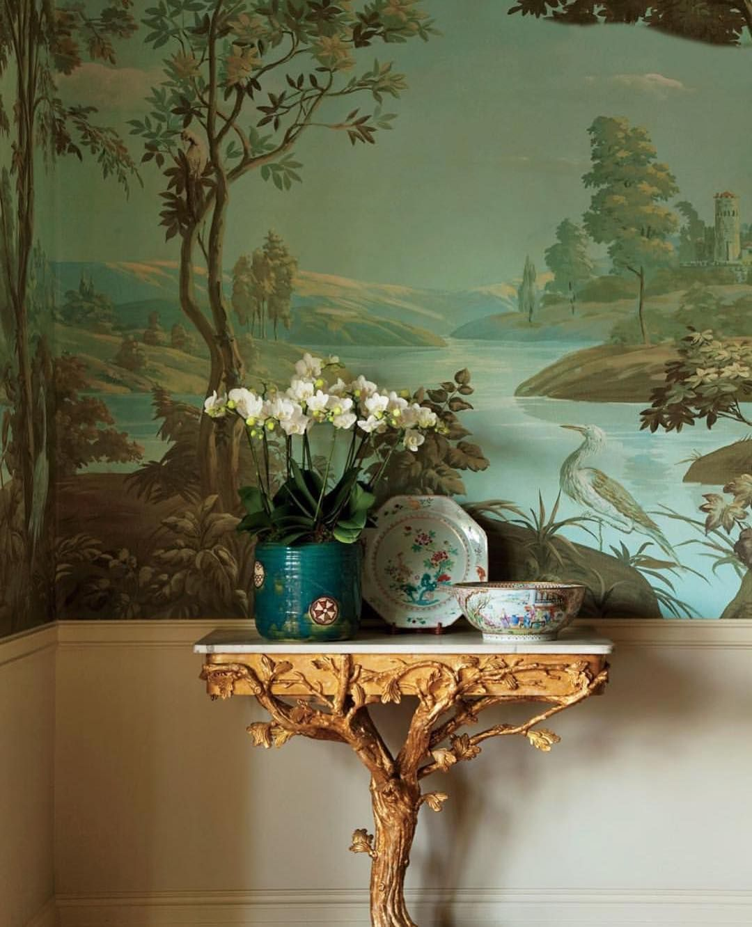 Leahoconnelldesign On Instagram Hand Painted Scenic Wall Covering Gilt Wood Console And Chinese Export Porcelain For Th In 2020 Decor Decor Inspiration Chinoiserie