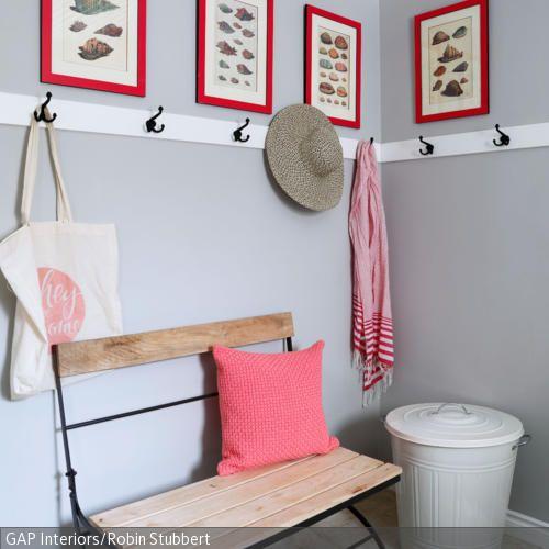 Maritime Wandbilder, eine weiße Bordüre und die klassische Sitzbank machen aus dieser Garderobenecke einen echten Hingucker. Ein kleiner Läufer und die Blechtonne …