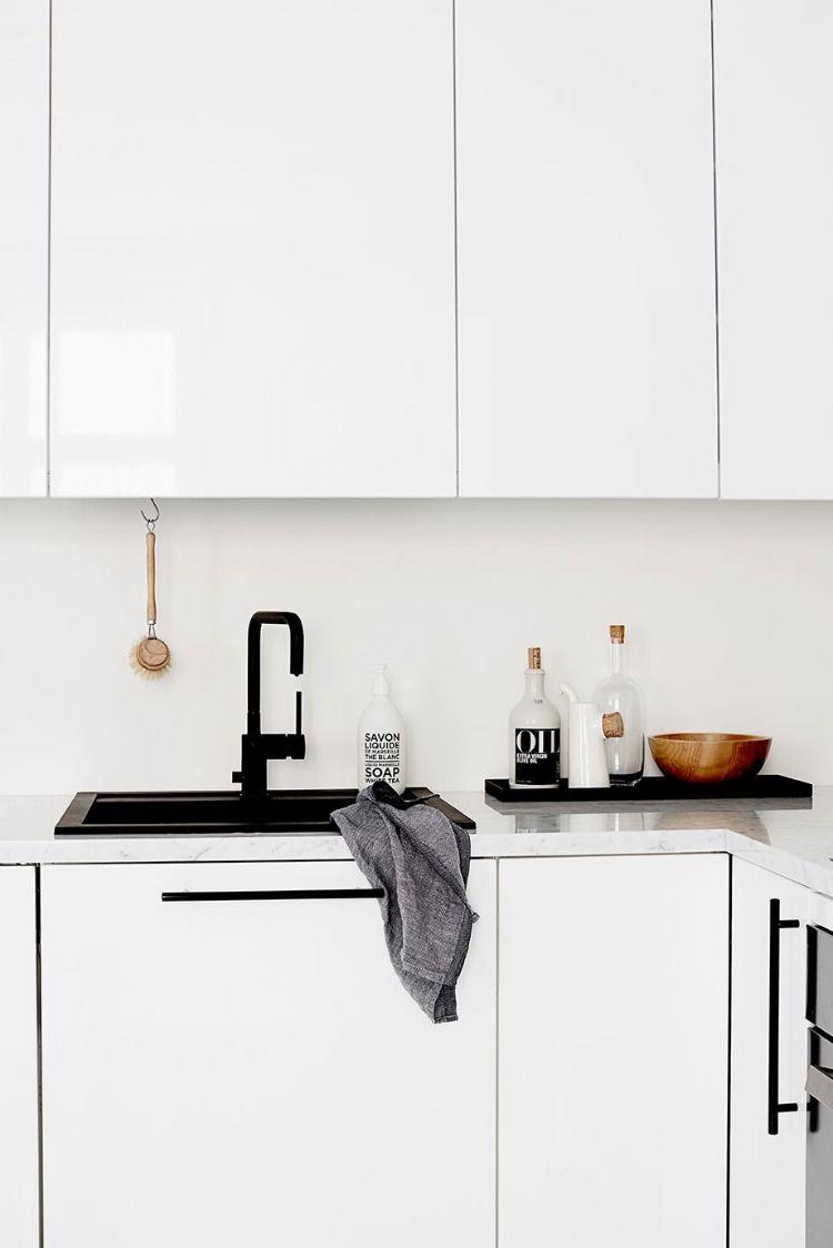 Stilvolle Eingerichtete Kuche In Schwarz Weiss Mit Granitspule Reinigen Mit Tuch Und Burste Kuchentrends Kuche Schwarz Kleine Weisse Kuchen
